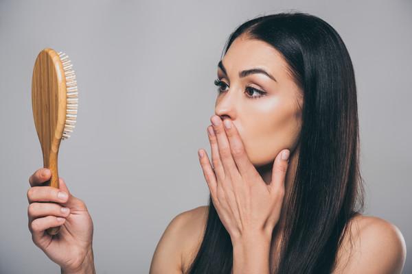 Ereditari, ormoni o asciugacapelli: cosa provoca la caduta dei capelli?